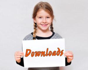 Mädchen mit Download-Schild