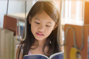 Schülerin liest